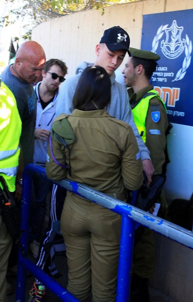"""שירות מטלטל. און רפאלי מלווה באבא רפי בכניסה לבקו""""ם (צילום: מוטי לבטון)"""