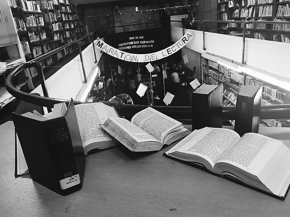 """בתמונה זו, שצולמה בספריית בית הספר העברי באורוגוואי, נמצאים שלושת עמודי התווך של הזהות היהודית של הצלמת: מאות הספרים מייצגים חינוך וידע, התנ""""ך מסמל את אורח החיים היהודי - והילדים שברקע הם העתיד, ההמשכיות (צילום: דנה זכרמן, אורוגוואי) (צילום: דנה זכרמן, אורוגוואי)"""