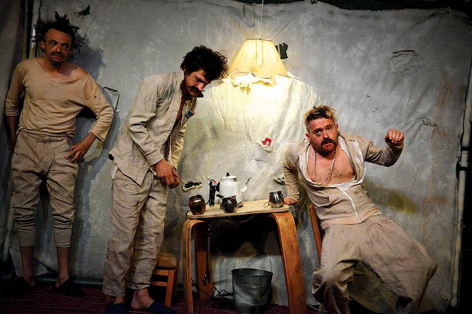 Сцена из спектакля Under Construction театрального трио DAVAI. Фото: пресс-служба фестиваля