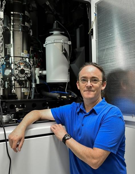 """ד""""ר ירון קאופמן, ראש המרכז למיקרוסקופית אלקטרונים בפקולטה למדע והנדסה של חומרים בטכניון לצד המיקרוסקופ החדש (צילום: ניצן זוהר, דוברות הטכניון)"""