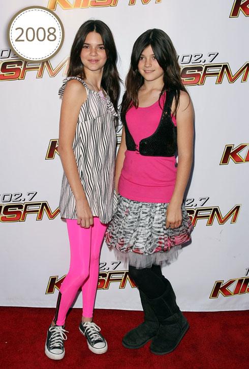 קיילי ג'נר בת ה-11 בתמונה עם אחותה הגדולה קנדל, מתגלה כילדה מנומשת עם בייבי פייס ותלבושת מוזרה שמסמנת את התשוקה הבסיסית לתהילה  (צילום: Gettyimages)