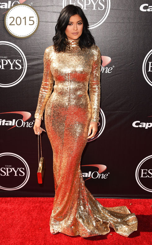 השנה לא השתנתה, אבל קיילי בת ה-18 כבר אחרת. כאן היא בשמלת זהב של הלבנוני שאדי זינלדין. השיער התקצר, החזה גדל משמעותית, וגם שמועות על השתלת סיליקון בישבן כבר עשו דרכן אל הצהובונים  (צילום: Gettyimages)