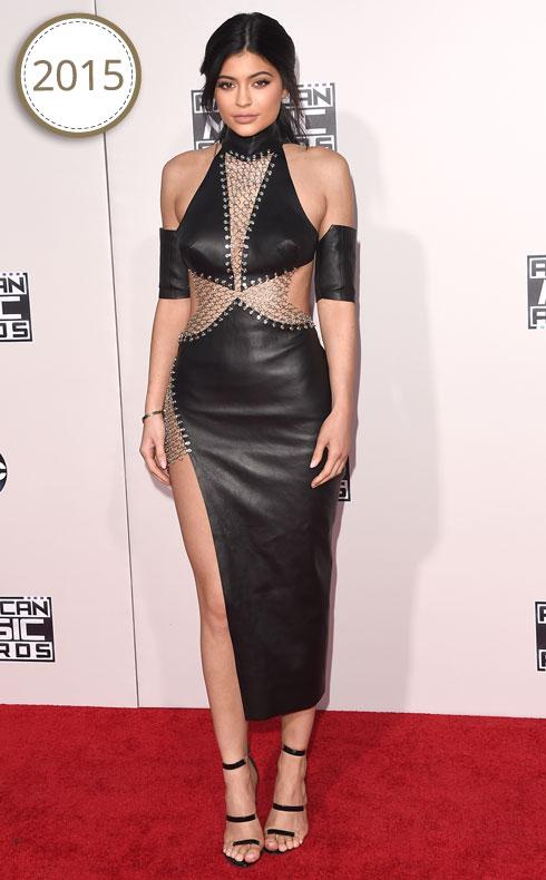 ג'נר הולכת ומעמיקה את תדמית סמל המין עם בחירות לבוש פרובוקטיביות, כמו זו שלבשה לטקס פרסי המוזיקה AMA (צילום: Gettyimages)