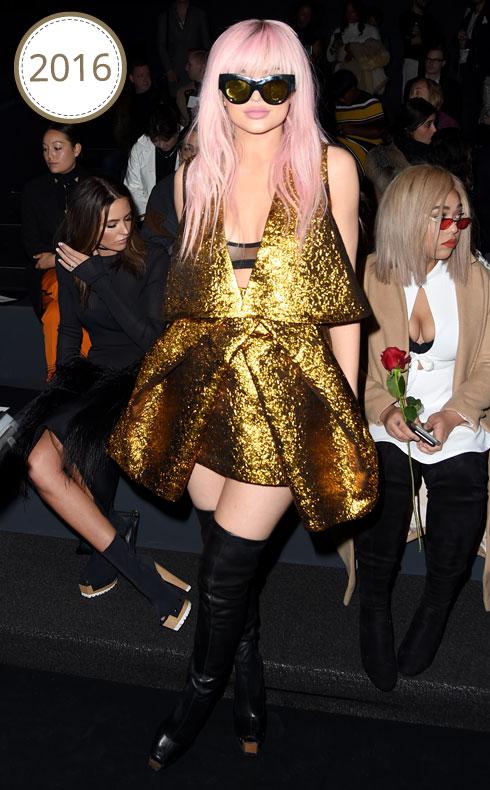 אחרי הירוק והכחול, מגיע תורו של הוורוד. ג'נר מגיעה לתצוגה של ורה וונג עם פאה ורודה ושמלת מיני מוזהבת, המבשרת על הפיכתה לאחת המשפיעות בעולם האופנה  (צילום: Gettyimages)