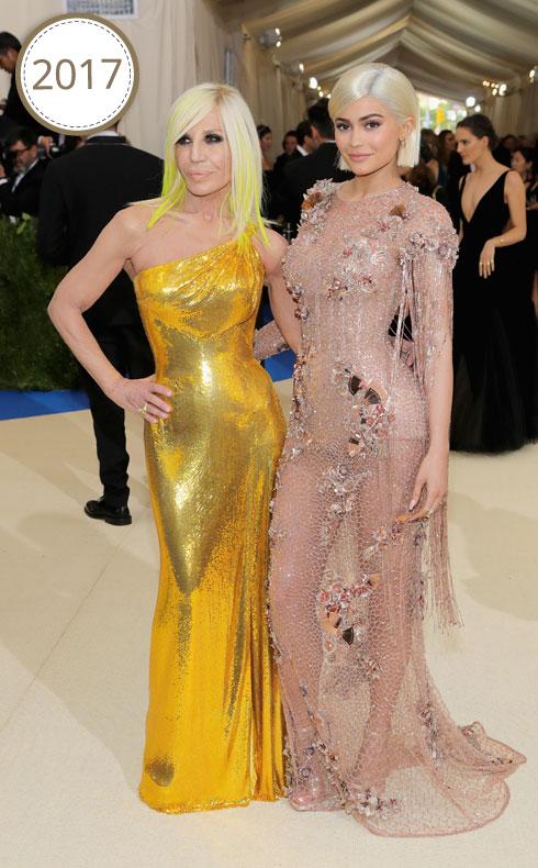 עם קארה בלונדיני מדויק ושמלה שקצרה שבחים, ג'נר מגיעה לגאלה של המטרופוליטן מלווה במעצבת דונטלה ורסאצ'ה, שגם חתומה על השמלה השקופה (צילום: Gettyimages)