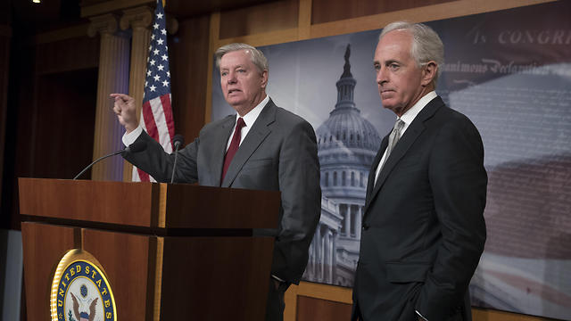 Senators Lindsey Graham (L) and Bob Corker (Photo: AP)