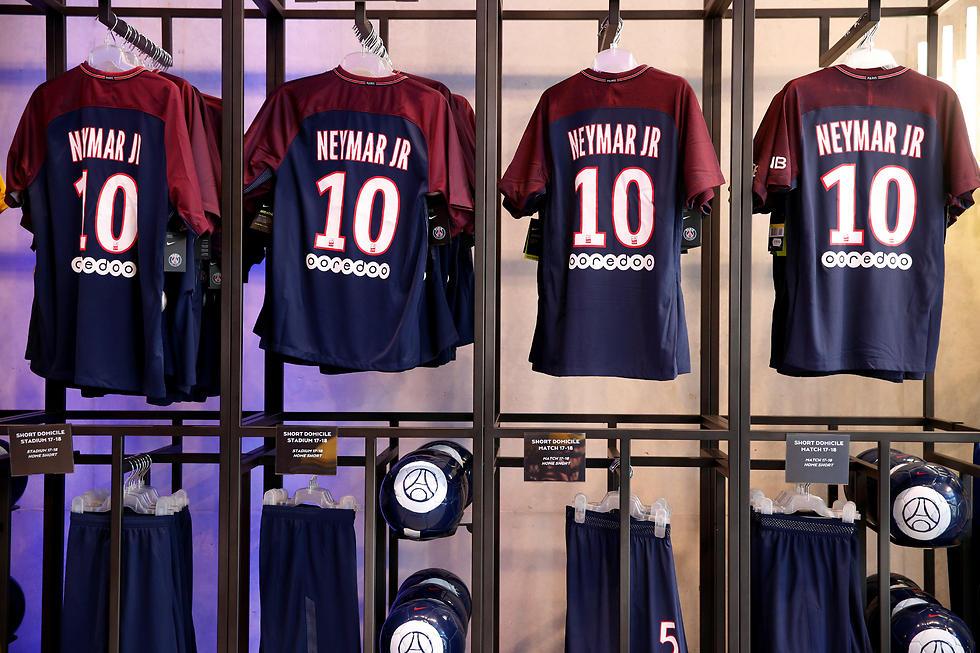 חולצות ניימאר למכירה. סיוע להכנסות (צילום: רויטרס) (צילום: רויטרס)