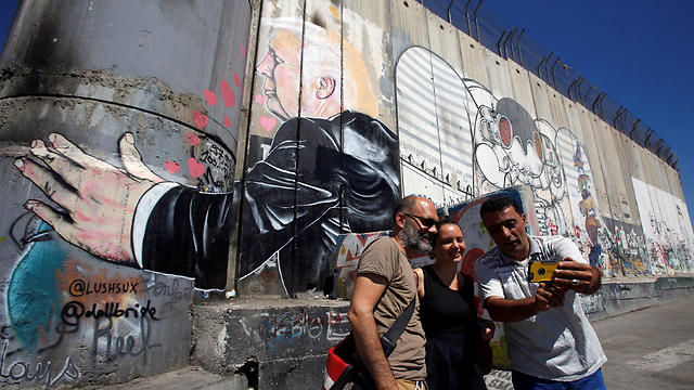 Trump graffitied on Israeli security barrier (Photo: Reuters)