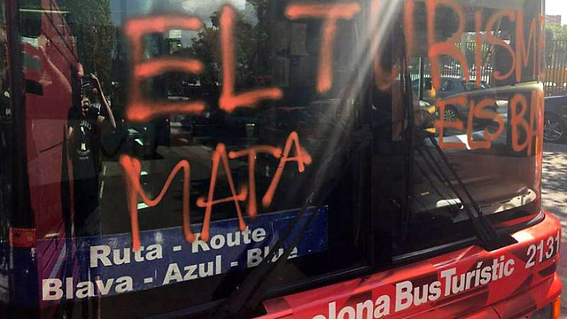 השחתת אוטובוס תיירים בברצלונה (מתוך טוויטר) (מתוך טוויטר)
