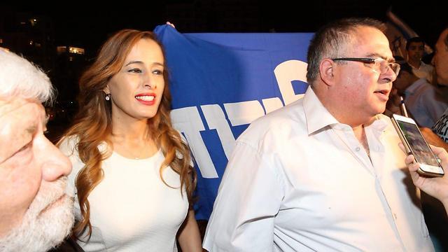 MKs Nava Boker (L) and David Bitan, who organized the rally in support of Netanyahu (Photo: Motti Kimchi)