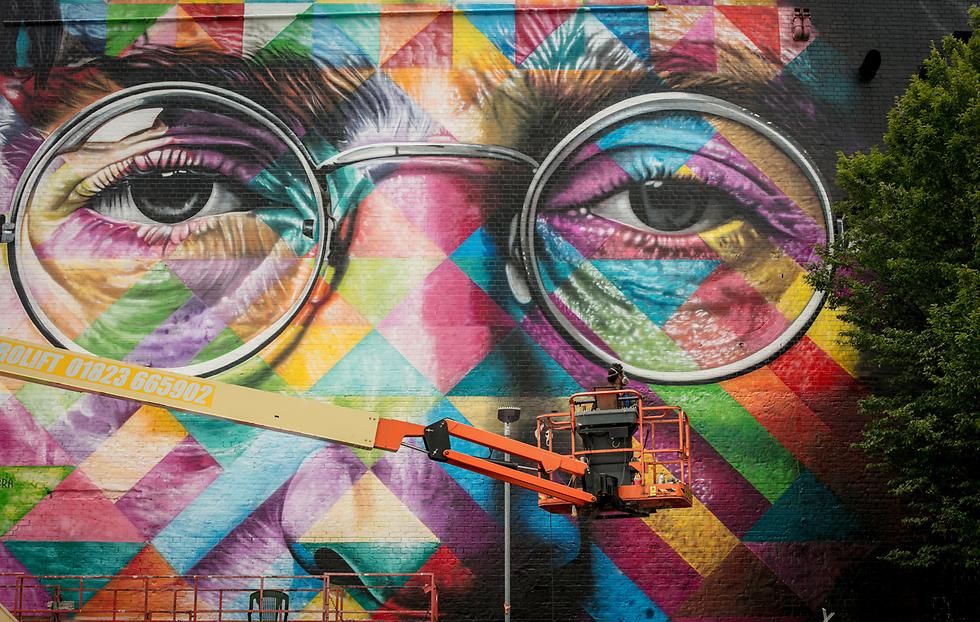 דיוקן צבעוני גדול של ג'ון לנון, יצירתו של האמן הברזילאי אדוארדו קוברה, בפסטיבל אמנות הרחוב הגדול ביותר באירופה בעיר בריסטול, אנגליה (צילום: gettyimages)