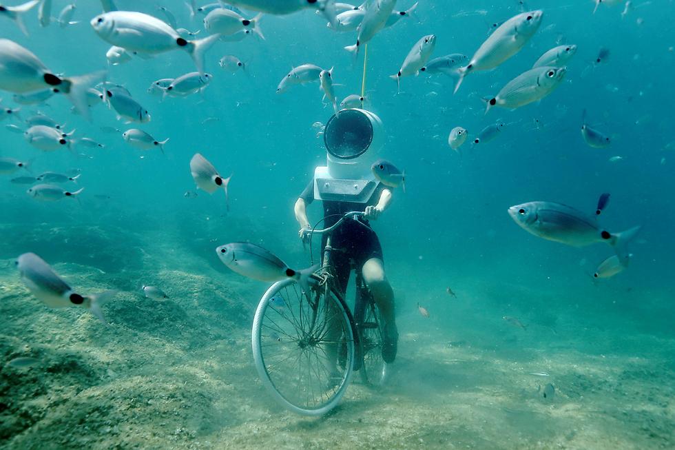 רכיבה באופניים במעמקי הים בפולה, קרואטיה (צילום: רויטרס)