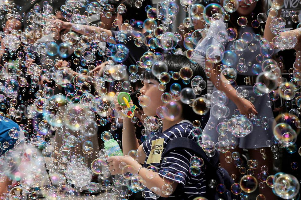 תערוכת אמנות בהונג קונג בנושא בועות סבון של האמן היפני שינג'י אומאקי (צילום: AP)