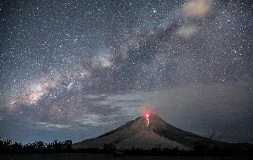 לבה נפלטת מהר הגעש סינבוג, אינדונזיה (צילום: EPA)