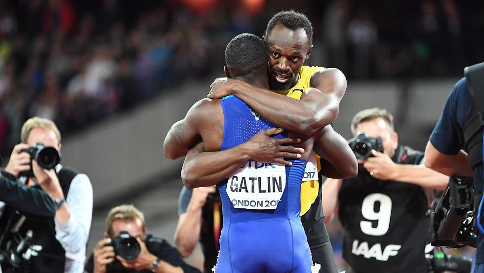 בולט עם גאטלין. הפנומן הג'מייקני נאלץ להסתפק הפעם במדליית הארד (צילום: AFP) (צילום: AFP)