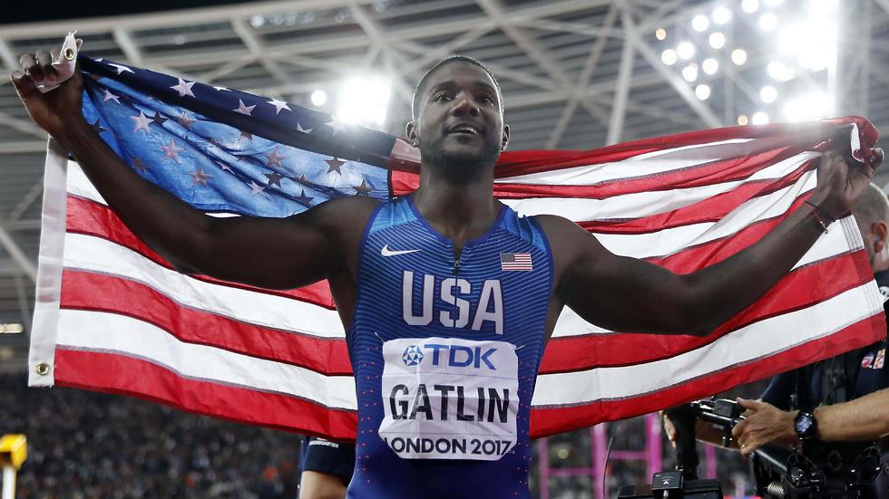 9.92 שניות. גאטלין עם הדגל (צילום: רויטרס) (צילום: רויטרס)