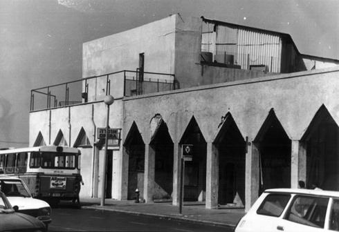קולנדה נשענת על קשתות משולשות היתה סימן ההיכר של הבניינים בכיכר מאז 1926 (צילום: יוסי רוט)