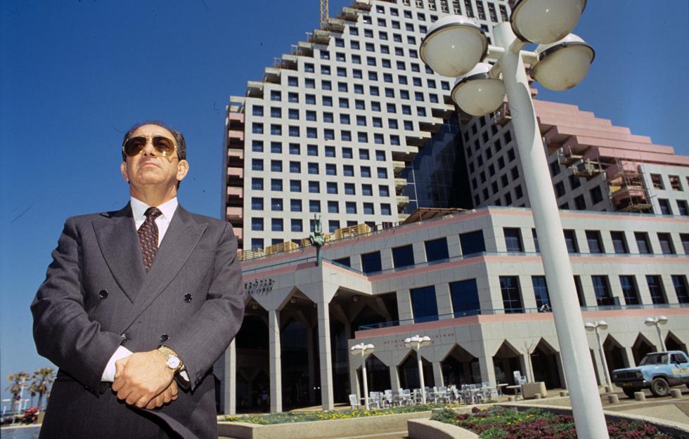 """את בניית המגדל יזם אלפרד אקירוב (בתמונה), והוא תוכנן בידי האדריכלים אברהם יסקי ויוסי סיוון. """"מלון זה אידאלי"""", אומר סיוון שערך את התוכנית לשינוי יעודו (צילום: שלום בר טל)"""
