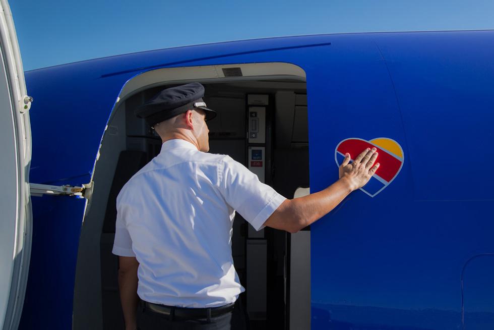והלב ממריא: הלוגו של חברת התעופה SouthWest מופיע בכל מקום אפשרי במטוס ומחוצה לו
