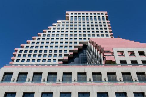 דירה בקומה ה-17 במגדל נרכשה ב-1992 ב-2.15 מיליון דולר. כיום קשה לתפוס דייר שנכנס בשערי המגדל (צילום: שירן כרמל)