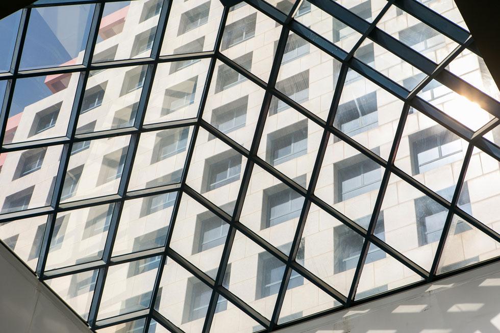 תקרת הזכוכית של הקניון, ממנה נראות קומות המגורים במגדל, בן 25 הקומות (צילום: שירן כרמל)