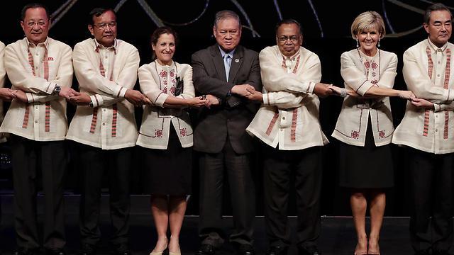 שרי החוץ של סין, אוסטרליה, בנגלדש, ברוניי, קנדה, קמבודיה וצפון קוריאה (מימין לשמאל) בוועידה בפיליפינים  (צילום: AP)