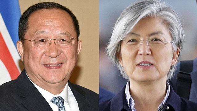 נפגשו בחטף. שרת החוץ של דרום קוריאה קאנג קיונג-ווה עם עמיתה הצפון-קוריאני רי יונג-הו (צילום: EPA, רויטרס)