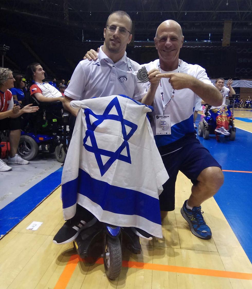 נדב לוי ודגל ישראל (צילום באדיבות הוועד הפראלימפי ) (צילום באדיבות הוועד הפראלימפי )