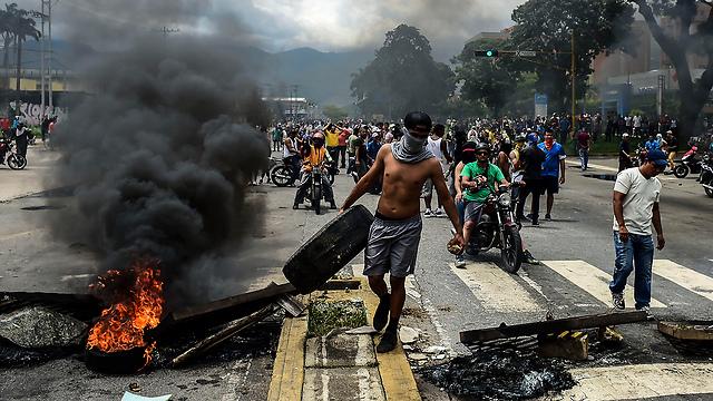 מפגינים נגד הממשלה בוונצואלה (צילום: AFP)