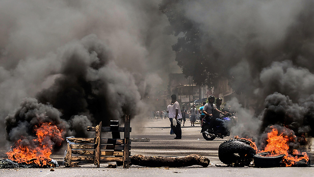 רחוב בוער בעיר ולנסיה (צילום: AFP)