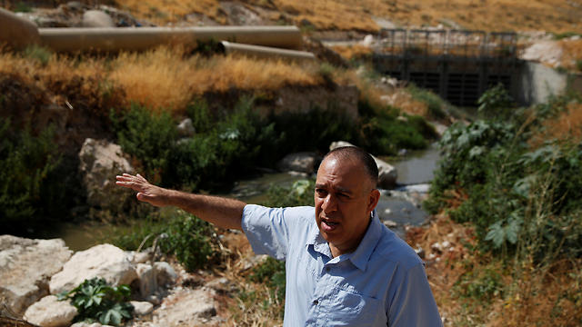 Shony Goldberger, director of the Jerusalem district in Israel's Environmental Protection Ministry speaks during an interview with Reuters as sewage flows in the Kidron Valley, on the outskirts of Jerusalem July 6, 2017 (Photo: Reuters)