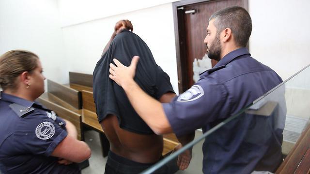 החשוד אוקקה בבית המשפט, היום (צילום: מוטי קמחי) (צילום: מוטי קמחי)