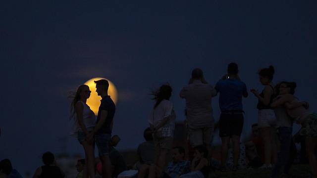 רומנטיקה מול הליקוי במדריד (צילום: AP)