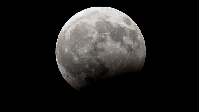 הירח כפי שצולם אמש מנתניה (צילום: AFP)