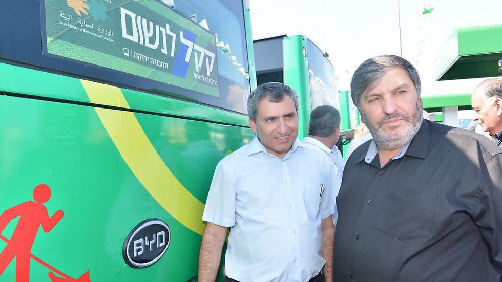 """עם דני עטר ואוטובוסים """"ירוקים"""" (צילום: ישראל פרץ) (צילום: ישראל פרץ)"""