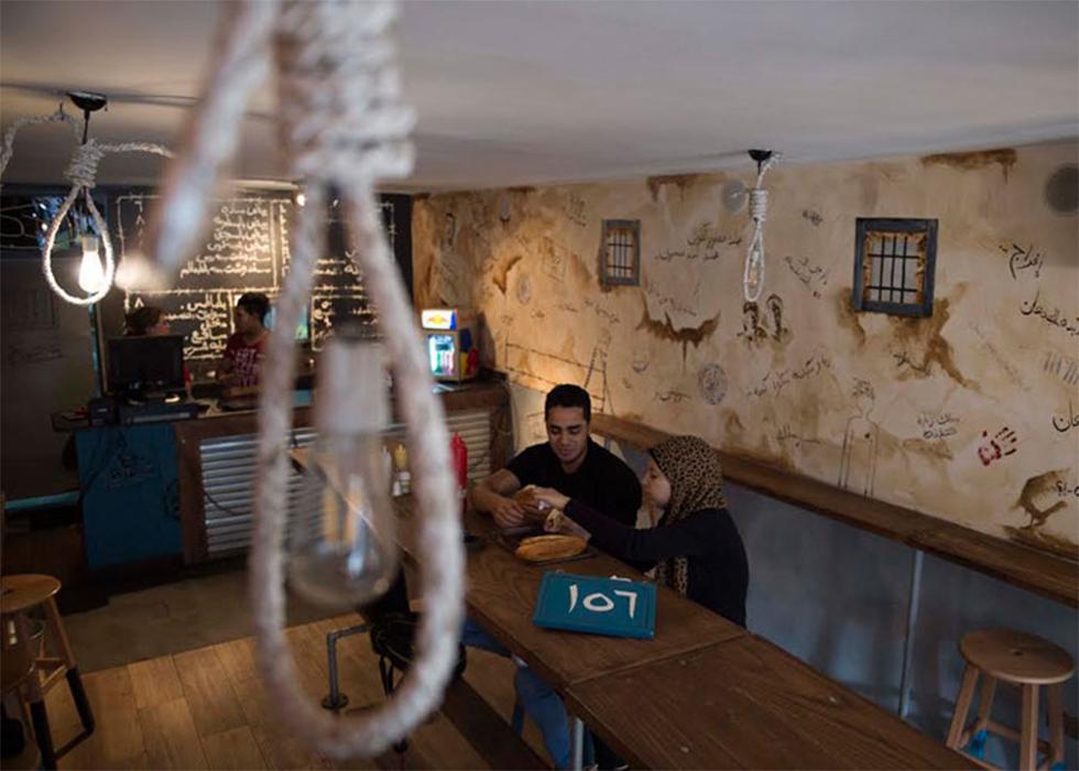 לקוחות במסעדה ועל התקרה חבלי תלייה