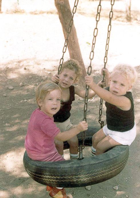 """""""ידעתי תמיד שהאחים שלי משחקים כדורגל ואני לא יכולה ללכת"""". עם אחיה לשלישייה, אמיר ורן (צילום: אלבום פרטי)"""