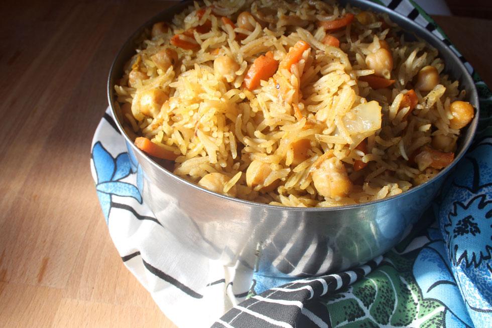 פילאף מתובל עם אורז, גזר וגרגירי חומוס (צילום: ילנה ויינברג)