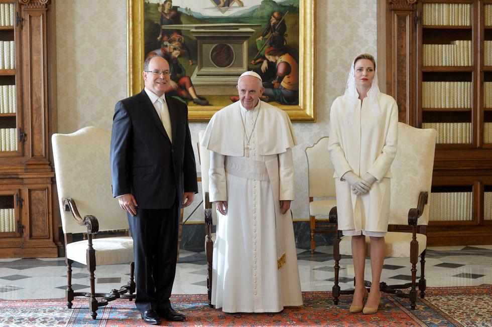 לבן מכף רגל ועד ההינומה בפגישה עם האפיפיור (צילום: AP)