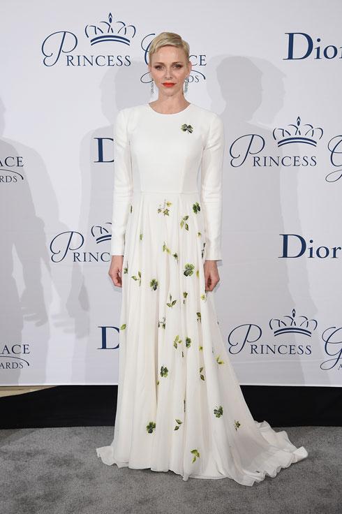 בשמלה לבנה מעוטרת פרחים עם שרוולים ארוכים מקו ההוט קוטור של כריסטיאן דיור (צילום: Gettyimages)