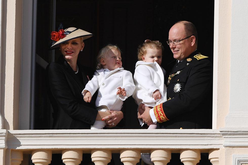 לידת התאומים הביאה לשינוי במלתחה. שרלין עם הנסיך אלבר וילדיהם ז'אק וגבריאלה (צילום: Gettyimages)