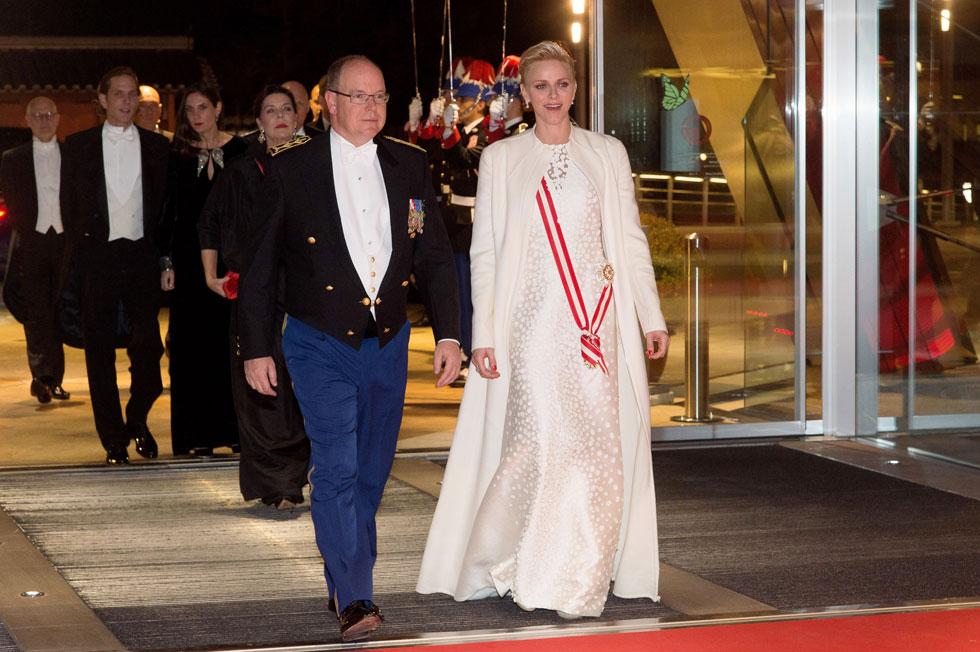 הצד הקלאסי והמהוגן של הנסיכה: שמלת משי ומעיל צמר של בית האופנה אקריס ביום הלאומי של מונקו (צילום: Gettyimages)