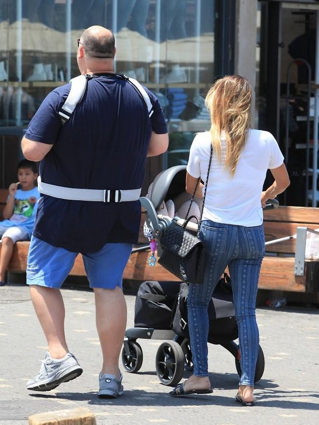 ואז הם באמת הלכו מאיתנו. מושיק ושירן עם הבת שייה בנמל תל אביב (צילום: מוטי לבטון)