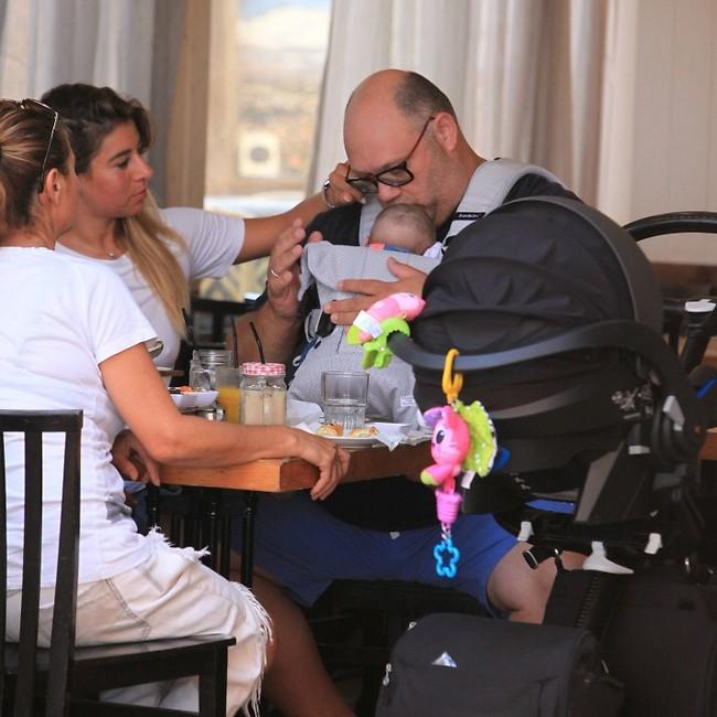 אנחנו לא עומדים בזה. מושיק רוט עם הבת שייה ואשתו שירן בן שושן (צילום: מוטי לבטון)