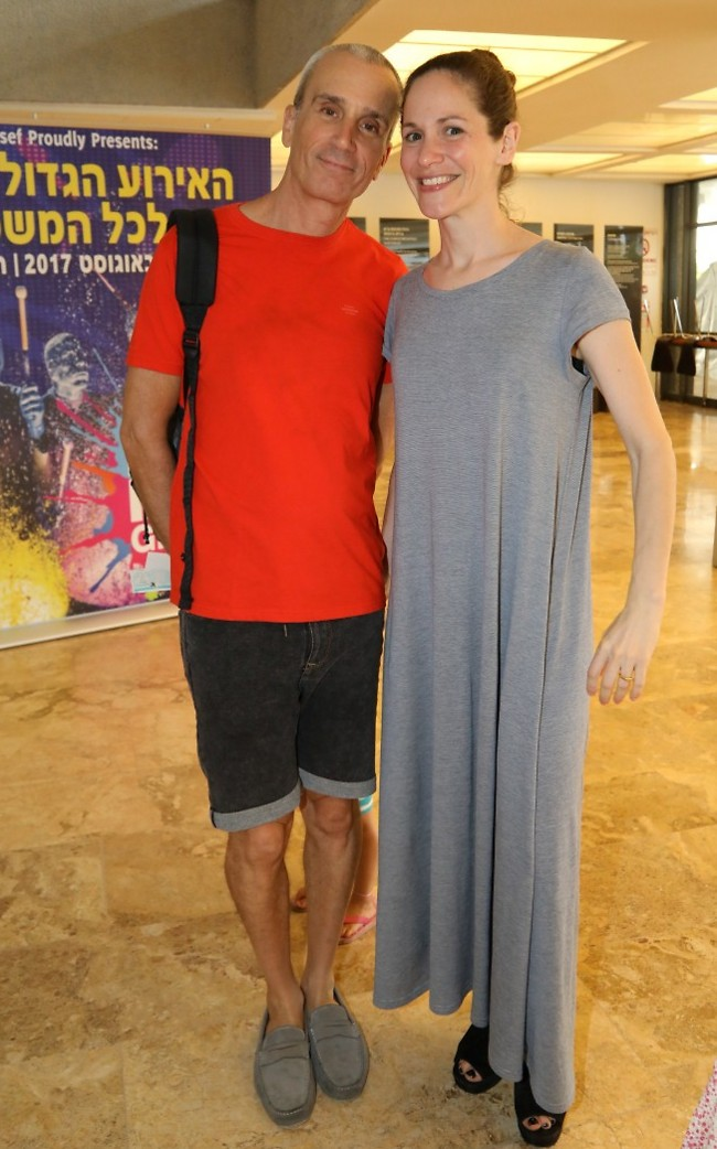אפור ואדום משתלב יפה. אברי גלעד ואשתו נעמה (צילום: סיון פרג')