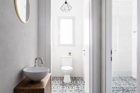 המקלחת והשירותים הופרדו, ומבואה קטנה מקשרת ביניהם (צילום: איתי בנית)