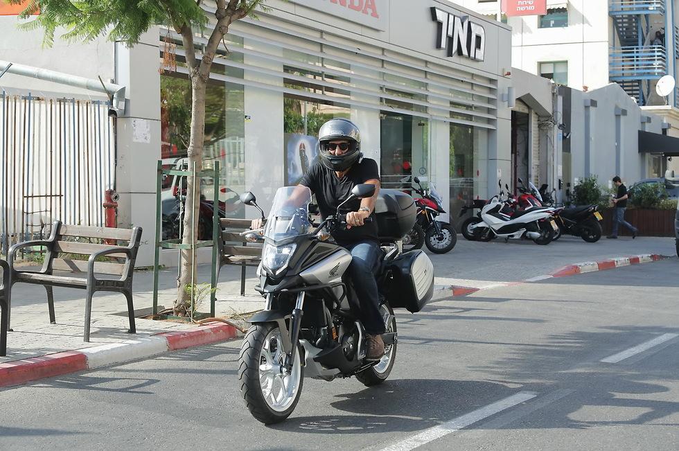 סע בזהירות. דורון ג'מצ'י על האופנוע החדש (צילום: שוקה כהן)