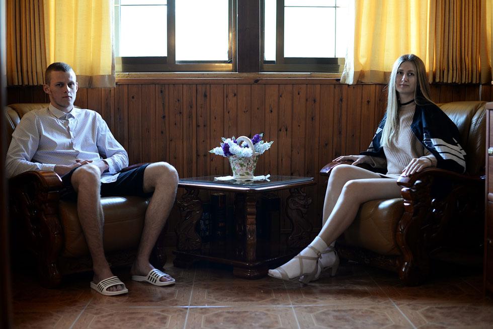 אחת העבודות הטובות בתערוכה: צילום מתוך קטלוג האופנה שיצרה איריס ליינר. צעירים ממוצא רוסי בסביבות קודרות, מלאות קיטש (עיצוב: איריס ליינר, תקשורת חזותית, המרכז האקדמי ויצו חיפה)