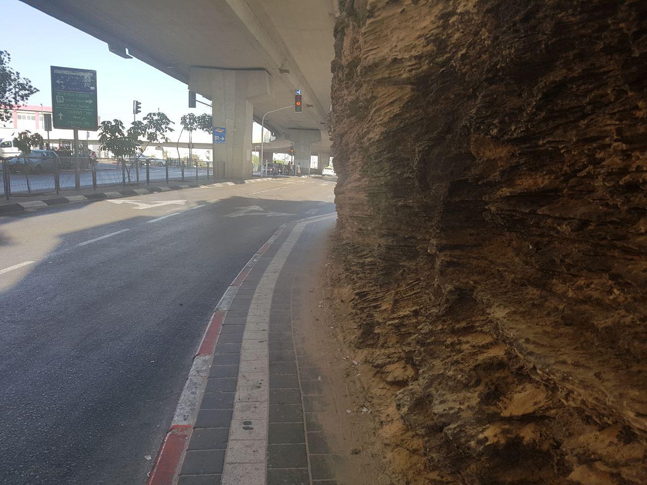 זו המדרכה להולכי הרגל בתחנה המרכזית בתל אביב (צילום: אסף זגריזק)