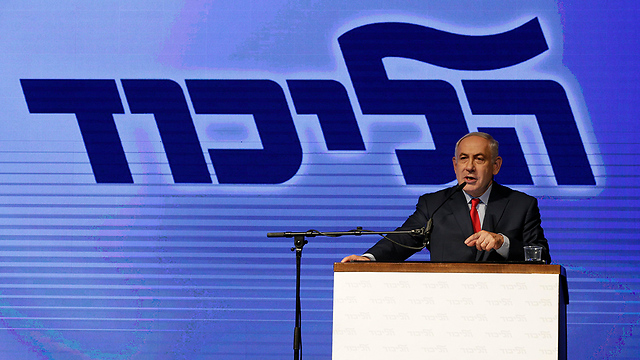 Netanyahu at Wednesday's rally, against the backdrop of the Likud logo. Cynically and sophisticatedly binding himself and his family together with his party (Photo: EPA)